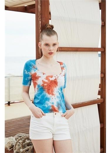 Latin Quarter Kare Yaka Önü Burgu Detaylı Supima® T-shirt Renkli